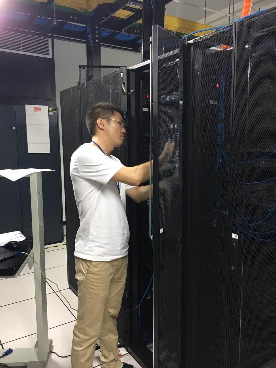 天下数据工程师越南机房内维护