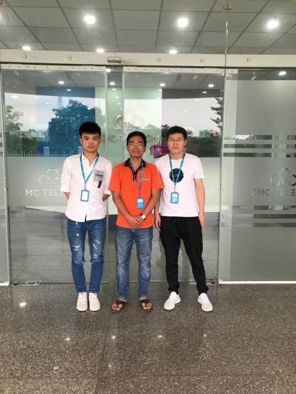 天下数据帅工程师们与越南CMC机房工程师合影